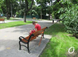 Одесский Алексеевский сквер: ремонт подорожал и затягивается, а новые скамейки уже «вовсю ломают» (фоторепортаж)
