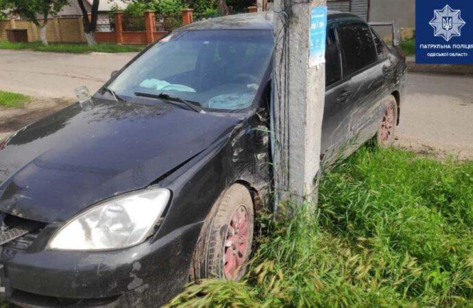 В Одессе автоледи на Mitsubishi врезалась в столб – пострадали дети