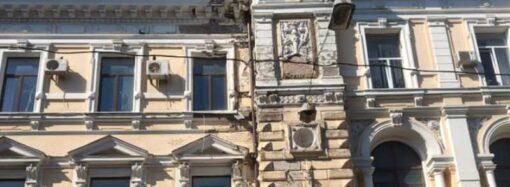 В центре Одессы обвалилась часть фасада Главпочтамта (видео)