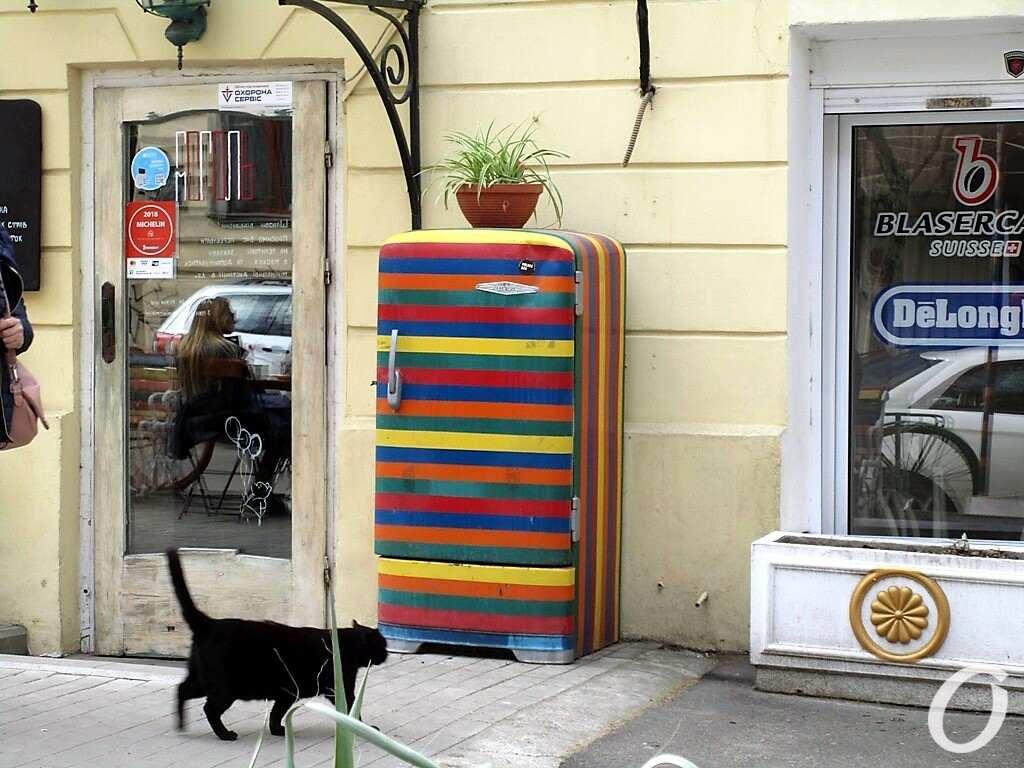 разноцветный холодильник