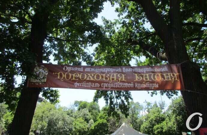 Ристалище, орудия пыток и мирные ремесла: старый одесский парк погрузился в средневековье (фоторепортаж)