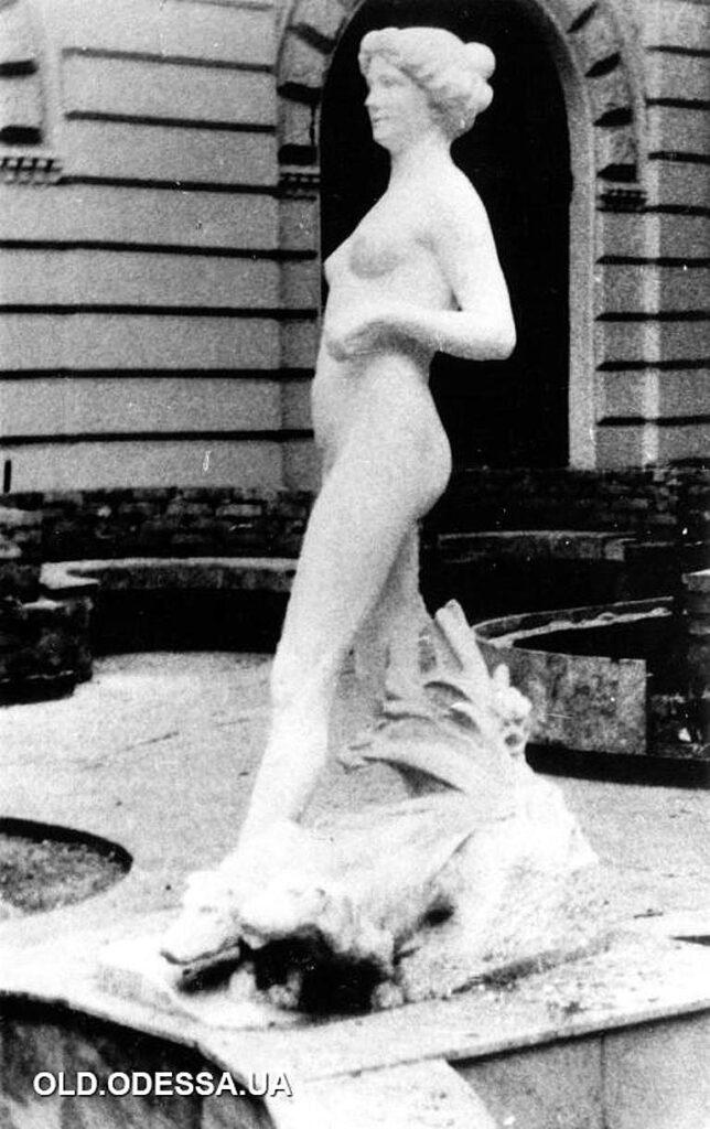 скульптура Диана с собаками