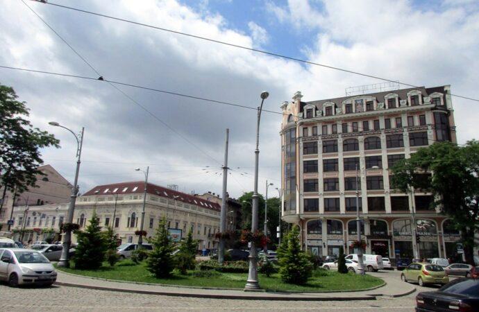 Одесская Тираспольская площадь: цветущий круг и транспорт вокруг (фото)