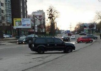 В Одессе внедорожник чуть не сбил участников полумарафона на глазах у полиции (видео)