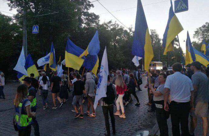 В Одессе снова протестовали моряки: на Французском бульваре жгли фаеры возле дома «коррупционера»