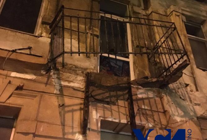 В Одессе на Большой Арнаутской балкон рухнул на тротуар