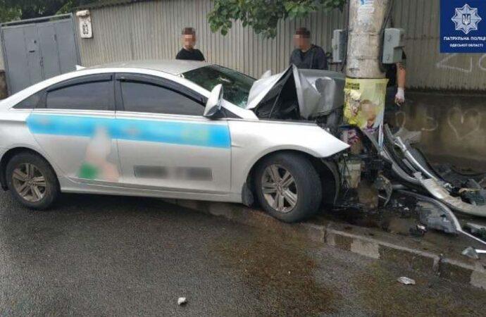 ДТП в Одессе: на Фонтане врезался в столб таксист – есть пострадавшие (фото)