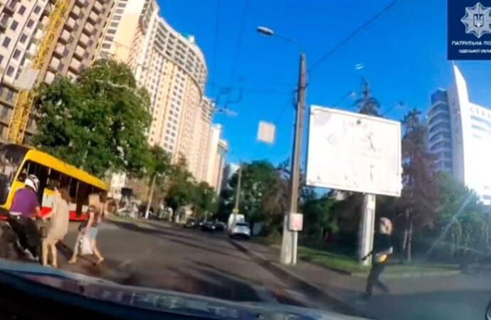 В Одессе мотоциклист едва не сбил беременную женщину на переходе (видео)
