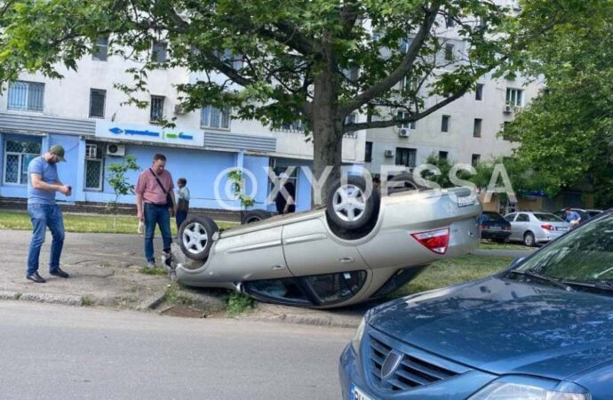 В Одессе грузовик опрокинул легковушку – пострадала женщина