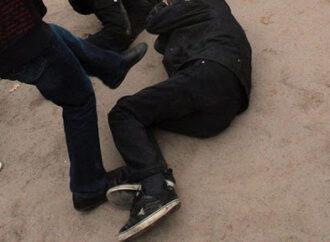 В пригороде Одессы мужчине сломали нос и челюсть за то, что попросил не шуметь