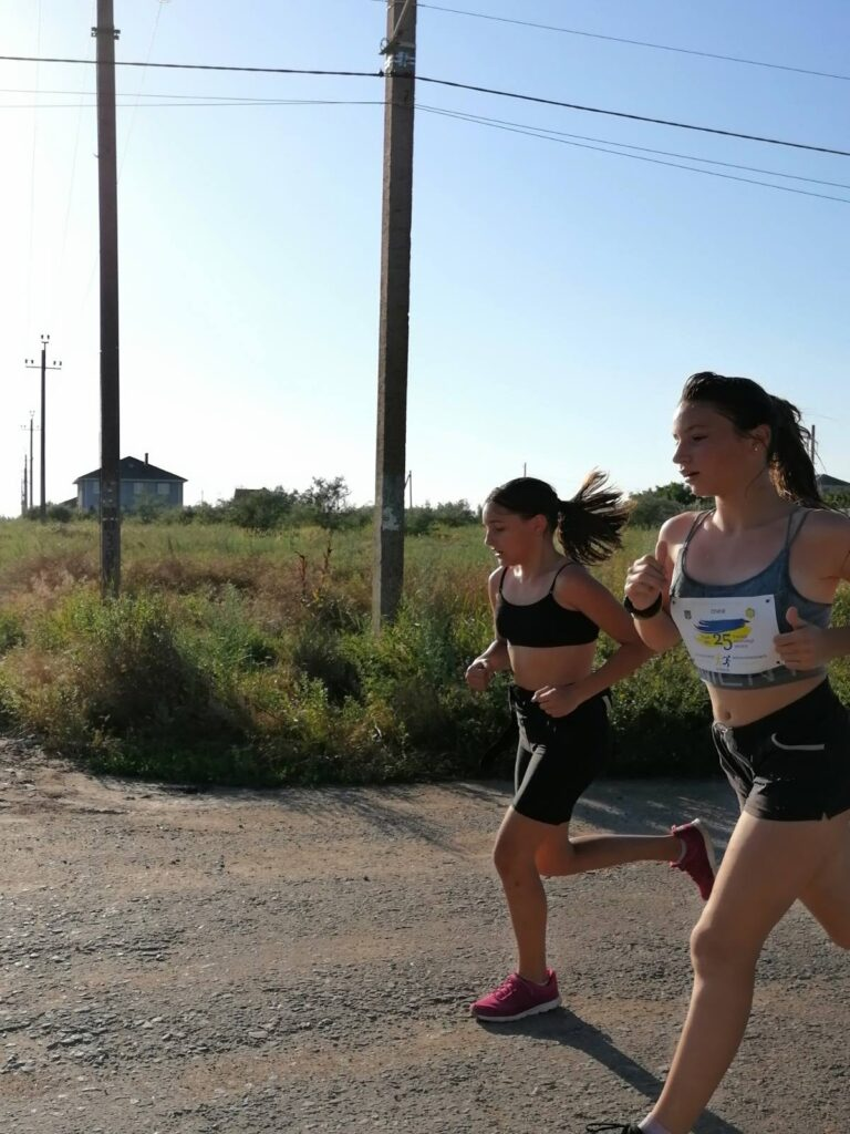 девушки бегут
