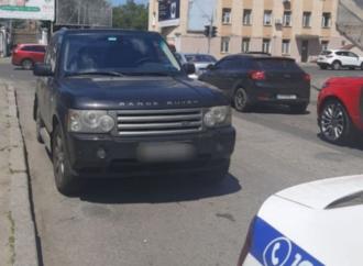 Через двойную сплошную, под запрещающий знак: в Одессе дорогой внедорожник сбил девочку на переходе