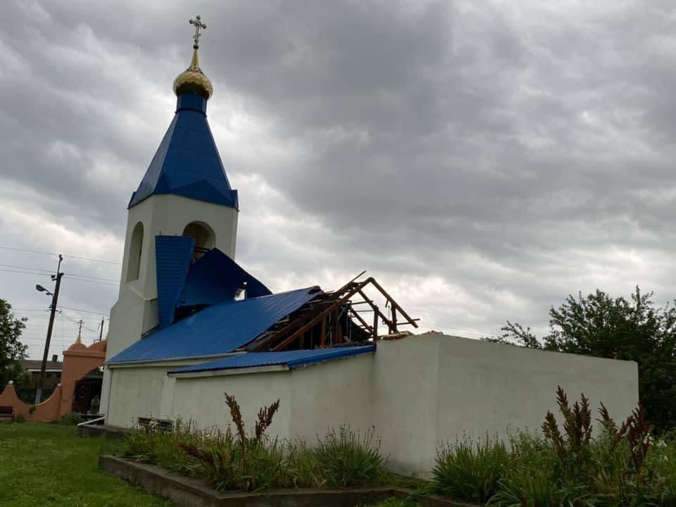 Ураган сорвал крышу храма2