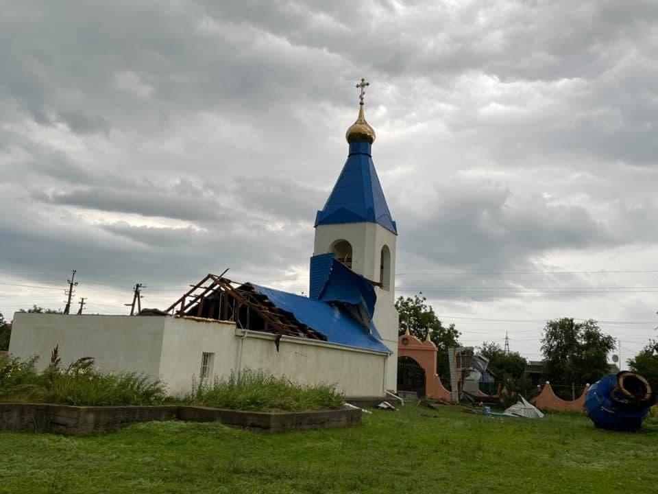 Ураган сорвал крышу храма3