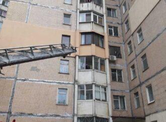 На Таирова одессит чуть не выпал из окна – его сняли спасатели (фото)