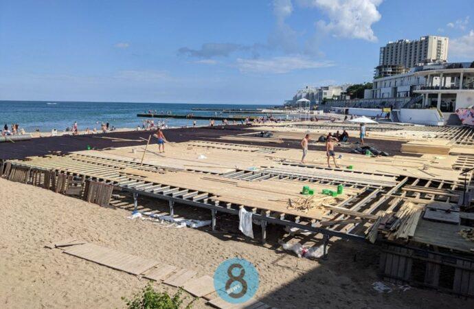 На пляже в Аркадии почти готов настил-гигант, недоубранный активистами (фото)