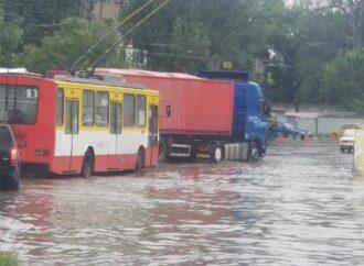 В Одессе затопило улицы Химическую и Приморскую. Маршрут троллейбуса №8 сокращен