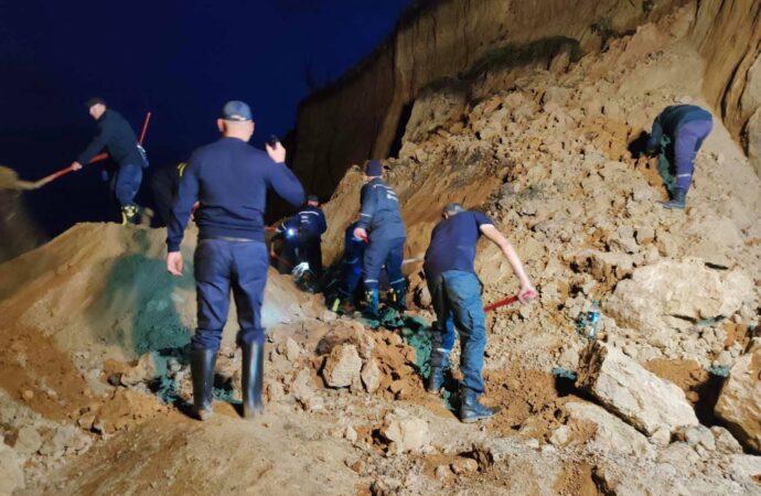 Искать людей под оползнем в Одесской области будут всю ночь