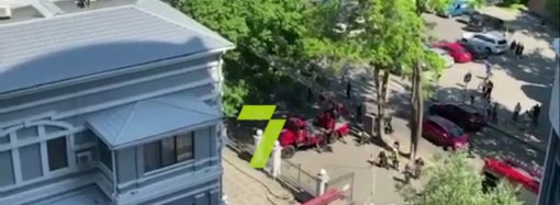 В Одессе спасатели тушат пожар на Лидерсовском бульваре (видео)