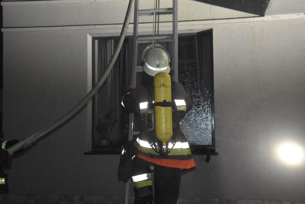 пожарный на лестнице