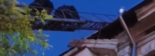 В Одессе спасатели едва успели предотвратить падение карниза на головы людей (видео)
