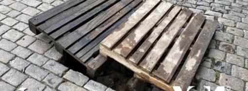 На подтопленной Дерибасовской в Одессе прикрыли «вход в подземелье» (фото)