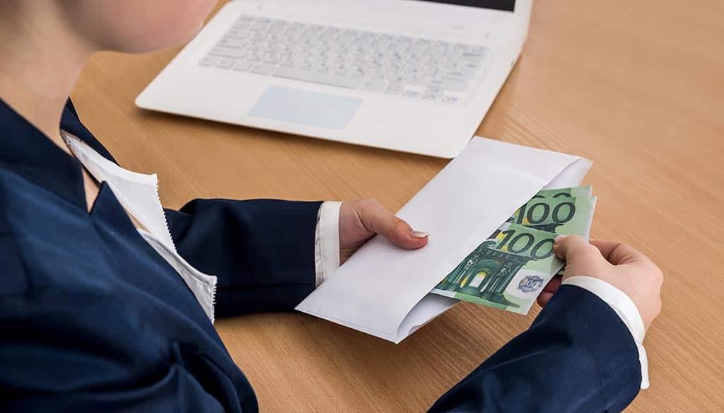 руки деньги конверт евро