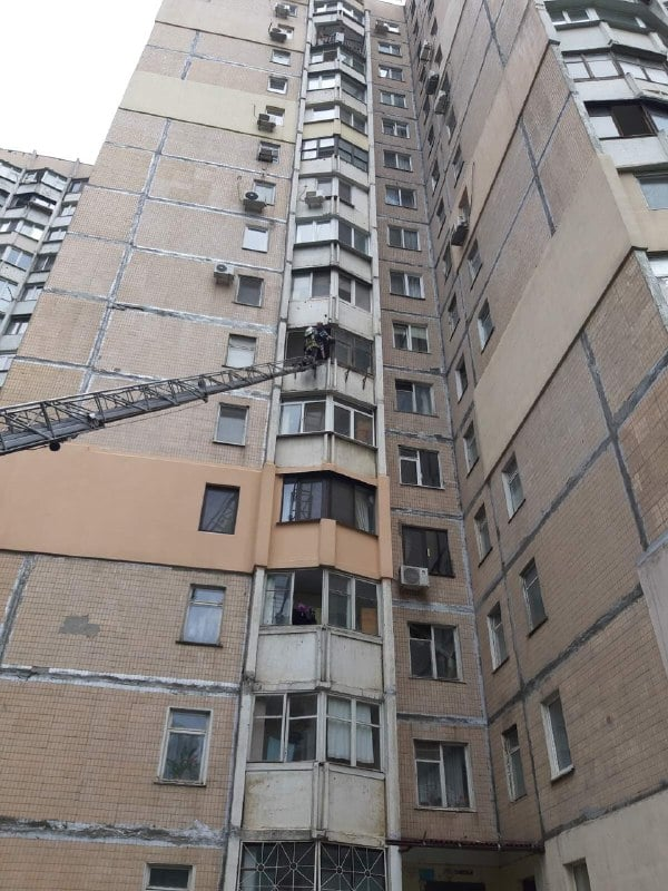 человека сняли с балкона