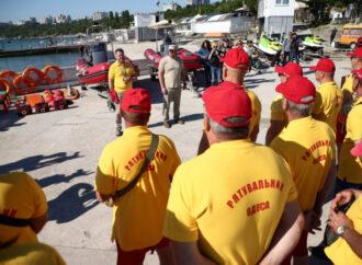 В Одессе пляжные спасатели показали свои умения и оборудование (фото)