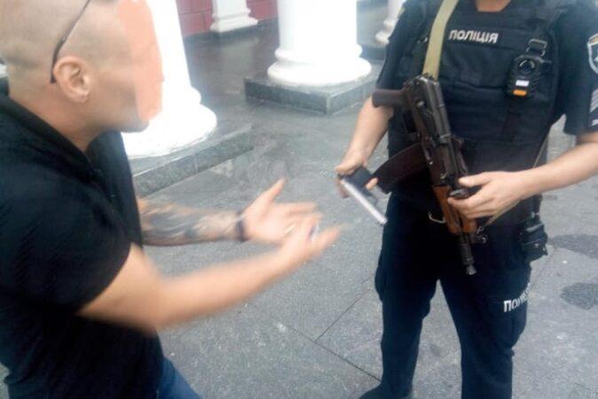 Пьяный напугал людей стрельбой возле Одесской мэрии
