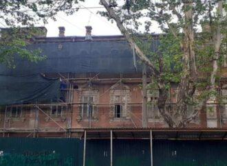 Исторические здания на одесской Ришельевской: лепнину сбили, громят окна