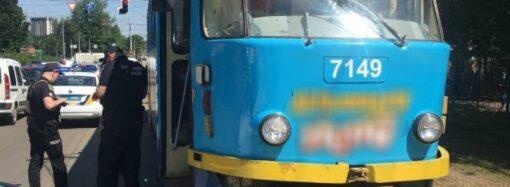 На Фонтанской дороге в Одессе девушка попала под трамвай. Движение 17 и 18 маршрутов остановлено.