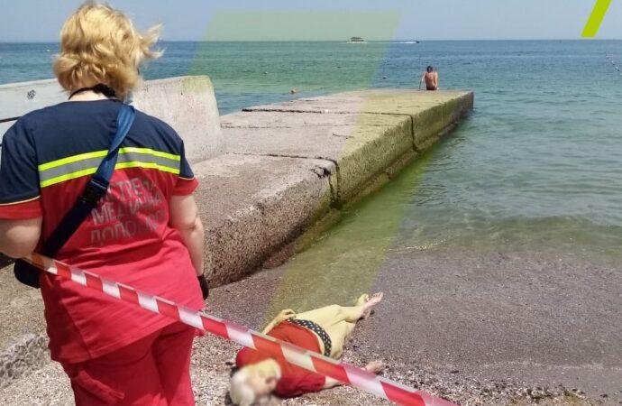 На одесском пляже «Ланжерон» у берега нашли тело женщины – не похоже, что она утонула (фото)
