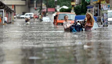 В Киеве после ливня затопило улицы, тротуары и станции метро: грозит ли циклон Одессе? (видео)