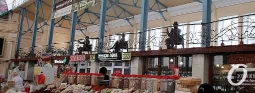 Одесские герои и не только: корпус Нового базара стал еще и выставочным залом (фото)