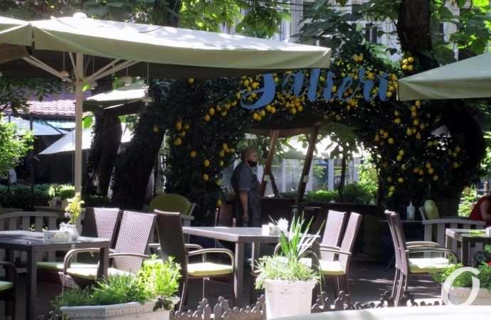 Одесский Пале-Рояль в разгар лета: столики-стульчики и немного достопримечательностей (фоторепортаж)