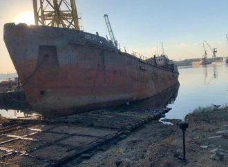 Бывший владелец попытался вернуть танкер «Делфи»: судно, затонувшее у пляжа Дельфин