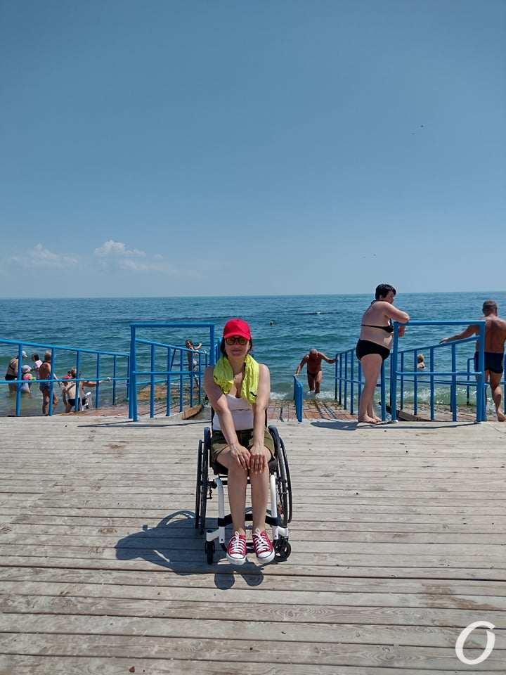посетитель пляжа для инвалидов