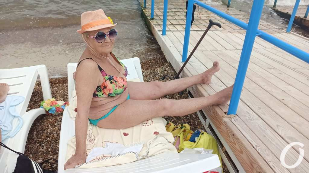 посетительница пляжа для инвалидов