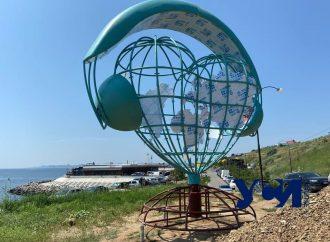 На пляже под Одессой появился «сердечно-музыкальный» арт-объект (фото)