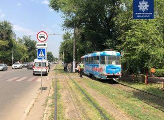 В Одессе на Фонтане неосторожный пешеход разбил нос об трамвай