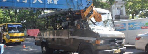 На одесской Молдаванке не разъехались маршрутка и автокран (фото)