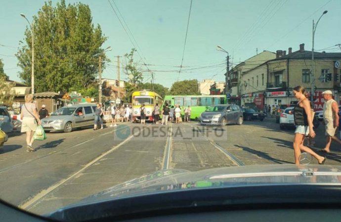 Стало плохо за рулем: в Одессе маршрутка влетела в трамвай, а троллейбус – в 3 авто (видео)