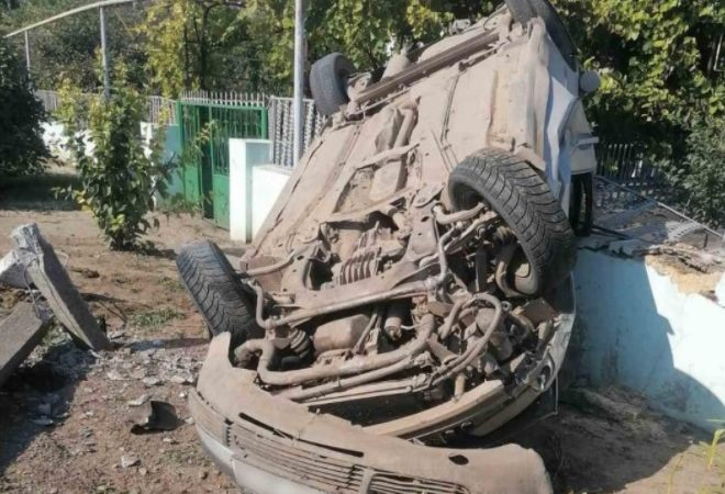 ДТП в Большом Дальнике: «Фольксваген» сбил столб, перевернулся и разнес забор (фото)