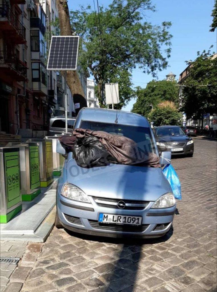 автомобиль обложили мусором