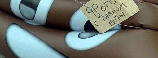 Креатив по-одесски: туристам предлагают сделать фото с надувной какашкой