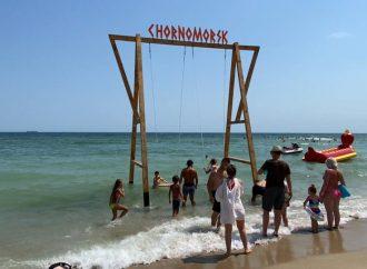 На пляже под Одессой появились морские качели (фото)