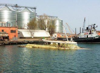 В Одесском порту подняли со дна «катер Брежнева»: во что он превратился? (видео)