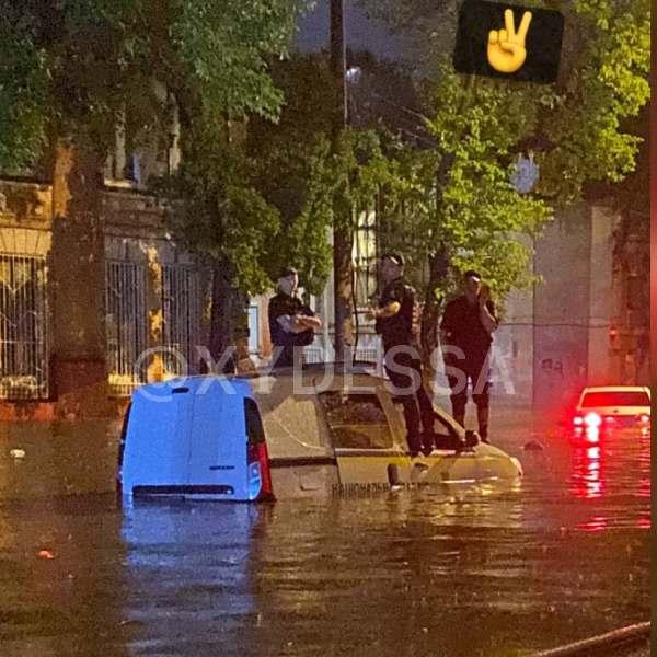 В Одессе утонуло авто полицейских