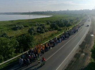 Православные в Одессе парализовали движение: куда идут верующие 35 км по жаре? (фото)